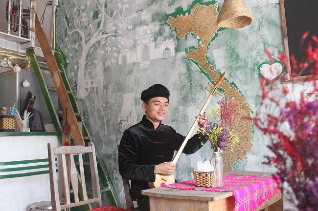 Bảo Toọc mặc trang phục dân tộc mình và giới thiệu văn hóa Hà Giang