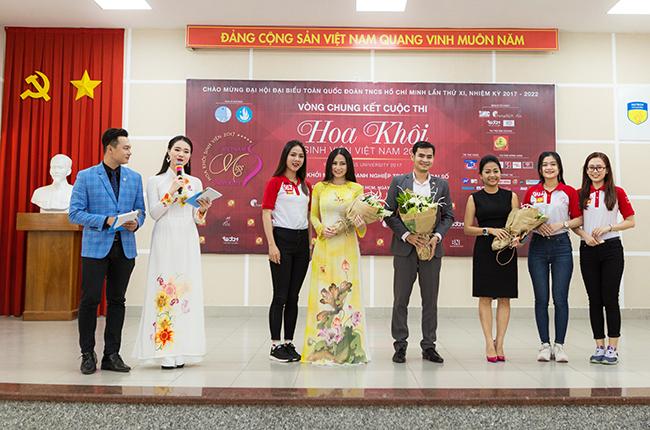 Các thí sinh tặng hoa cho các diễn giả tham gia chương trình giao lưu khởi nghiệp