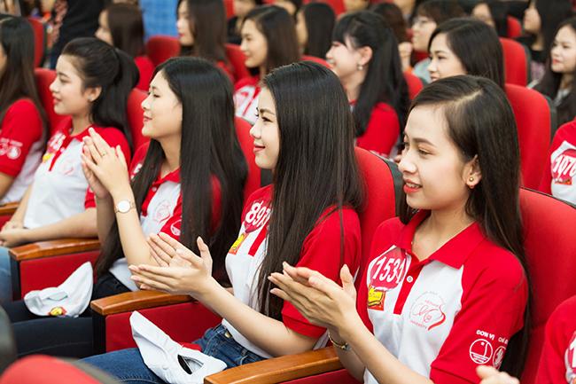 Các thí sinh Hoa khôi sinh viên tại buổi giao lưu khởi nghiệp