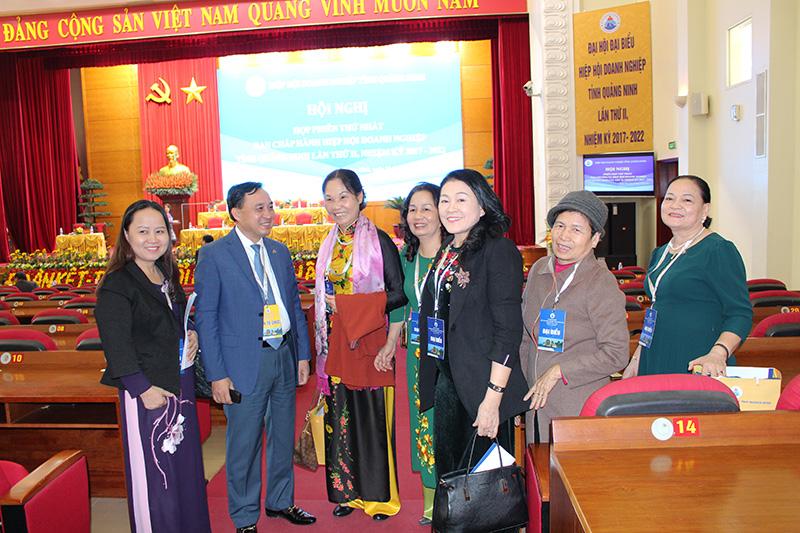 Ông Phạm Văn Thể, Chủ tịch Hiệp hội Doanh nghiệp tỉnh Quảng Ninh và các nữ Doanh nhân.