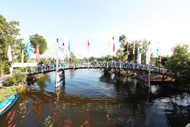 Cầu Dr Thanh – Cựa Gà tại Thới Bình, Cà Mau sau khi đưa vào sử dụng đã góp phần quan trọng trong việc cải thiện giao thương, đi lại của người dân nơi đây.