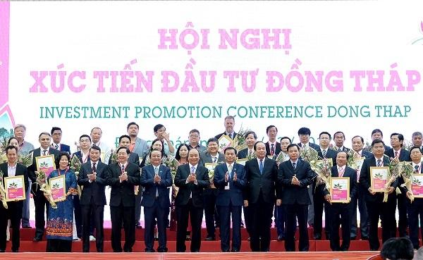 Thủ tướng chứng kiến Lễ trao giấy chứng nhận cam kết đầu tư vào tỉnh Đồng Tháp