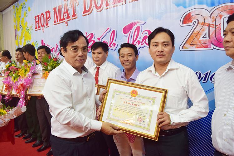 Ông Dương Thành Trung (bên trái), Chủ tịch UBND tỉnh Bạc Liêu tặng Bằng khen của UBND tỉnh cho các doanh nghiệp có nhiều đóng góp cho phát triển KT-XH của tỉnh.