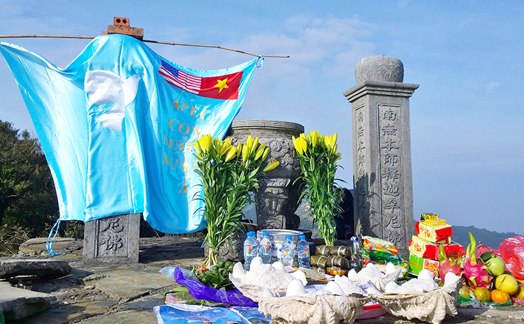 """Đàn lễ """"Con Đường Xuyên Á - Bạch Long Hoa trình chầu Long Diêm Hương"""" ở Mẫu Sơn, Phật Chỉ. (ảnh: Trường Phúc)."""