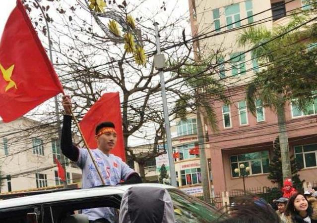 Người dân vây kín xe chở tuyển thủ U23 Việt Nam Đoàn Văn Hậu