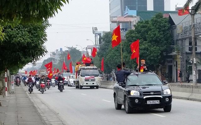 Dòng người cờ đỏ sao vàng đón tuyển thủ U23 Đoàn Văn Hậu (ảnh: Huyen Tran)
