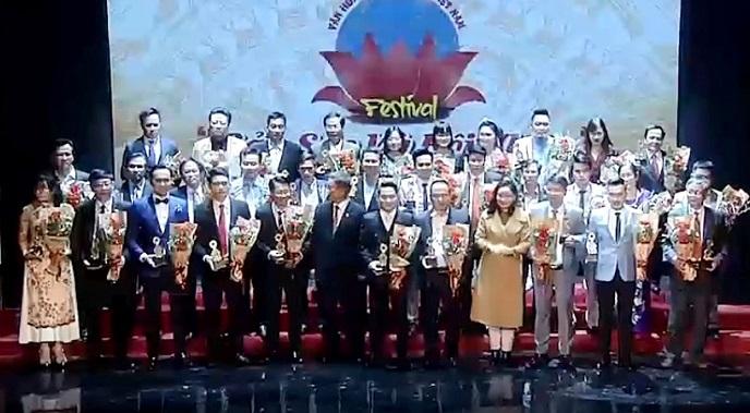 Ông Hồ Anh Tuấn tặng hoa và trao Kỷ niệm chương cho các doanh nhân xuất sắc.