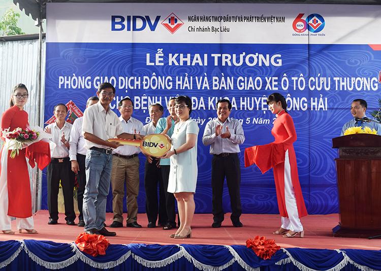 Bà Nguyễn Thị Nhật Tân, Giám đốc Ngân hàng BIDV Chi nhánh Bạc Liêu tặng xe cứu thương cho Bệnh viện Đa khoa huyện Đông Hải - Bạc Liêu.