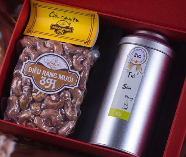 Giỏ quà Tết gồm hộp Trà sen được lấy từ cốt trà San Tuyết cổ thụ ướp với 1000 bông sen Tây Hồ và hạt điều đặc biệt, có giá 2.500.000 đồng.