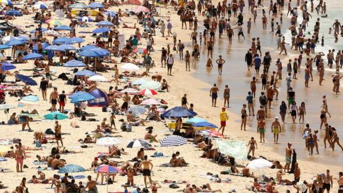 Người dân đổ ra bãi biển Bondi của Sydney trong ngày 7-1 - Ảnh: REUTERS