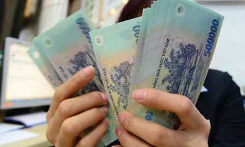 Nhân viên ngân hàng kỳ vọng năm nay sẽ được thưởng Tết nhiều hơn. Ảnh: PV.