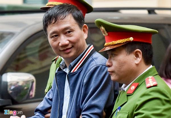 Cảnh sát dẫn giải bị cáo Trịnh Xuân Thanh về trại tạm giam chiều 16/1. Ảnh: Việt Hùng.