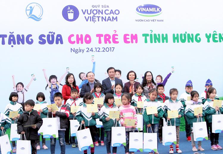 Vinamilk và Quỹ sữa Vươn cao Việt Nam trao sữa cho trẻ em tỉnh Hưng Yên.