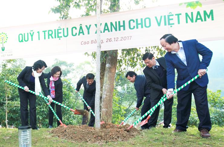 Vinamilk và Quỹ 1 triệu cây xanh cho Việt Nam tổ chức trồng cây tại tỉnh Cao Bằng.