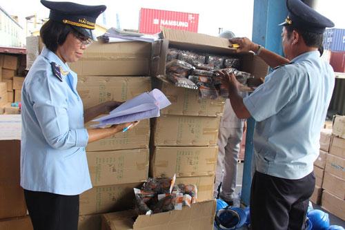 Lực lượng Hải quan kiểm tra hàng xuất, nhập khẩu tại Cảng Sài Gòn.