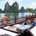 """""""Siết"""" tàu vi phạm, Quảng Ninh hút khách du lịch"""
