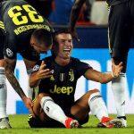 Ronaldo 'cắn xé' vài thứ trong phòng thay đồ để xả giận