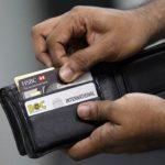 Trả nợ thẻ tín dụng thiếu 400.000, vì sao ngân hàng tính lãi 3 triệu?