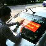 """Taxi có thể gắn hộp đèn trên nóc hoặc dán chữ """"xe taxi"""" trên kính"""