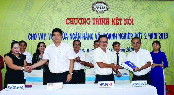 Ông Dương Quốc Sử (người thứ hai từ trái sang) ký kết đầu tư vốn cho doanh nghiệp phát triển sản xuất, kinh doanh.