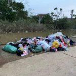 Sự thật phía sau bức ảnh quần áo cứu trợ lũ lụt bị vứt ngổn ngang