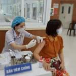 Chủ tịch UBND TP HCM: 'Ai ở đâu thì ở đó', đẩy nhanh tiêm vắc-xin Covid-19