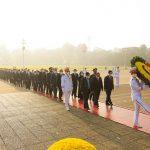 Lãnh đạo Đảng, Nhà nước và các đại biểu Quốc hội khóa XV vào Lăng viếng Chủ tịch Hồ Chí Minh trước khai mạc Kỳ họp thứ 2